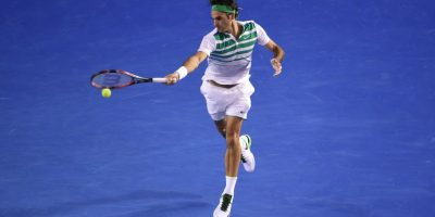 Roger Federer devuelve un servicio. Foto:AFP