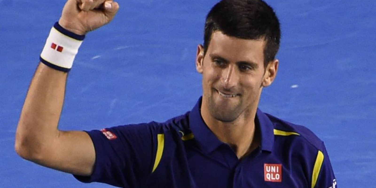 El tenista serbio alza su brazo en señal de victoria. Foto:AFP
