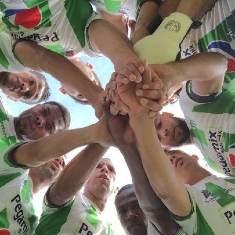 Los jugadores coloniales en la rueda de ánimo antes de iniciar un partido. Foto:Antigua GFC