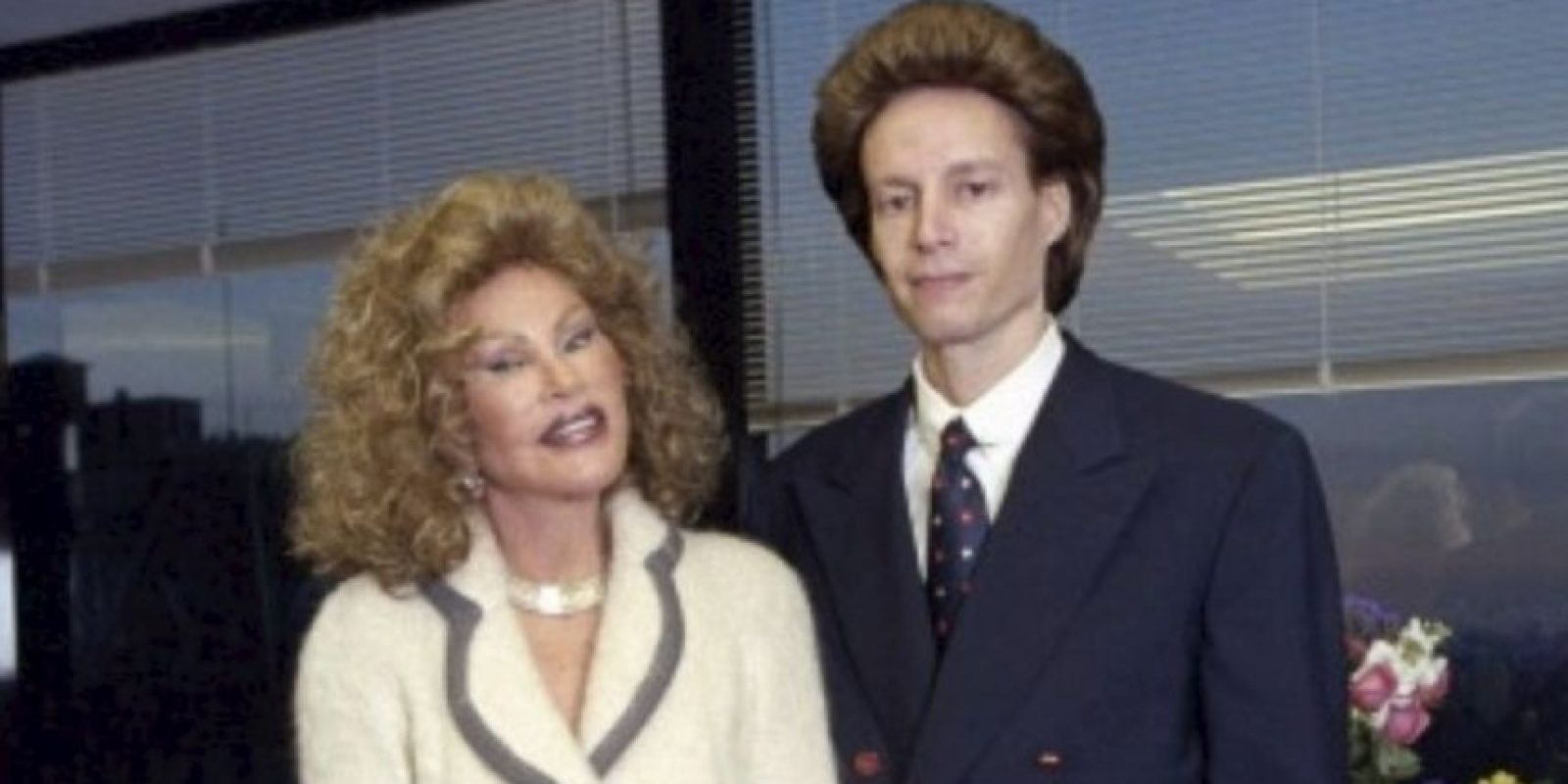 Ella comenzó a hacerse cirugías de párpados. Pero en 1997, su marido la dejó. Foto:Getty Images