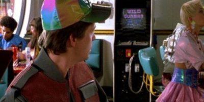 """3. Videojuegos: En la escena de la cafetería, un niño se burla de """"Marty"""" por usar sus manos para jugar. Ahora existe el Xbox 360 Kinect, una consola a base de sensores. Foto:Universal Pictures"""