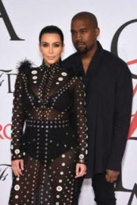 Kanye West le entregó a Kim Kardashian un hermoso anillo de compromiso hecho con una esmeralda de 15 quilates, valuado en 8.8 millones de dólares. Foto:Getty Images