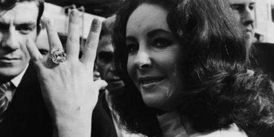 La actriz Elizabeth Taylor recibió varios anillos de compromiso, pero la joya que aparece en la imagen era de 33 quilates y tenía un costo de 8.8 millones de dólares. Foto:Pinterest