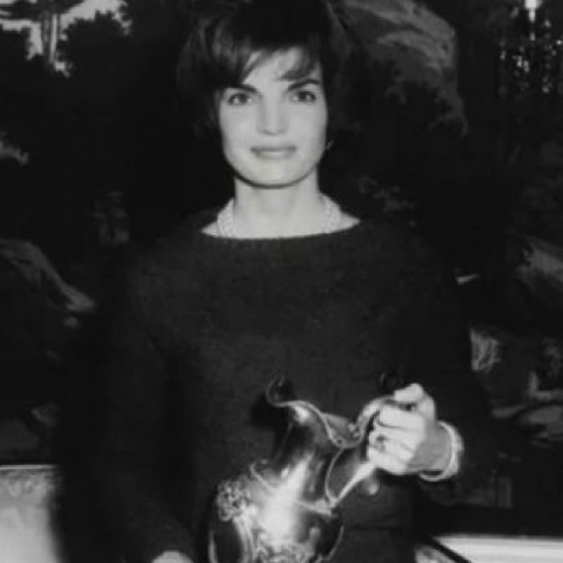 Jackie Kennedy Onassis llegó a lucir un anillo de 40 quilates que tenía un costo de 2.6 millones de dólares . Foto:Pinterest