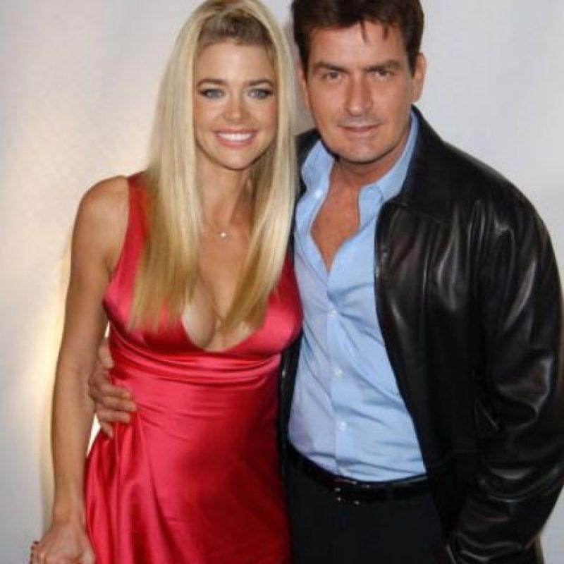 Charlie Sheen conformó con Denise Richards una de las parejas más atractivas de los 90. Foto:vía Getty Images