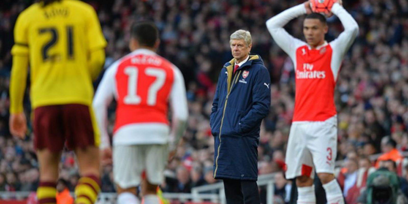 Kieran Gibbs se dispone a realizar un saque de manos. Foto:AFP