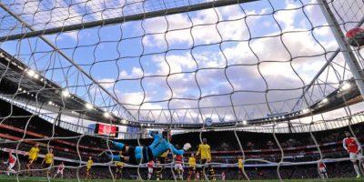 Momento en que cae un gol en el partido del Arsenal. Foto:AFP