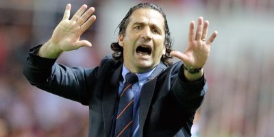 Juan Antonio Pizzi da indicaciones en un partido. Foto:AFP