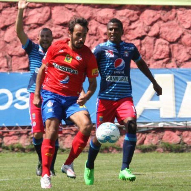 El uruguayo Gastón Puerari busca el control del balón. Foto:Publinews