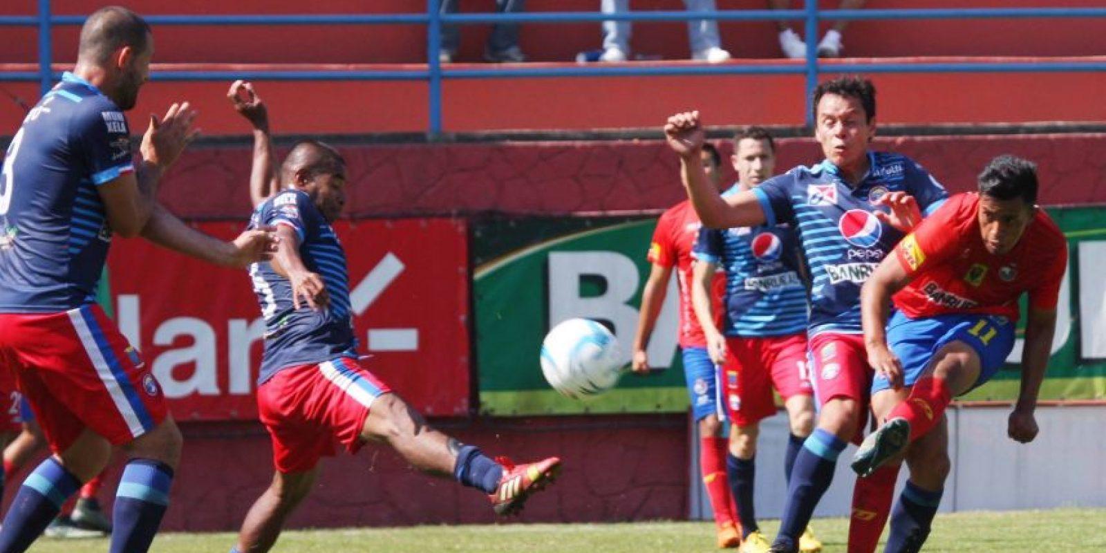 Albert Barrientos realiza un remate durante el juego ante Xela. Foto:Publinews
