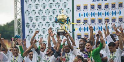 Jugadores de Antigua alzan la copa en la final del Torneo Apertura 2015. Foto:Publinews