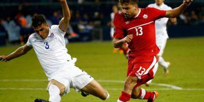 Miazga se barre durante un juego contra Canadá. Foto:AFP