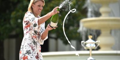 Kerber celebra con champagne su título. Foto:AFP