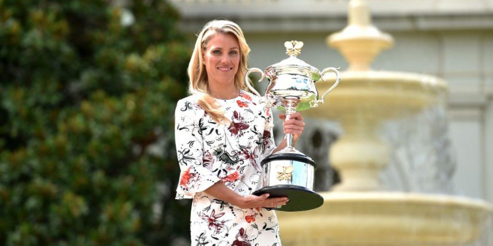 La tenista alemana muestra el trofeo que ganó. Foto:AFP