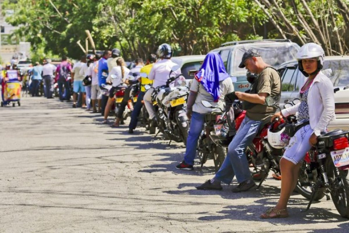 Por otro lado, en Cúcuta, Colombia, comenzó una escasez de combustibles Foto:AFP