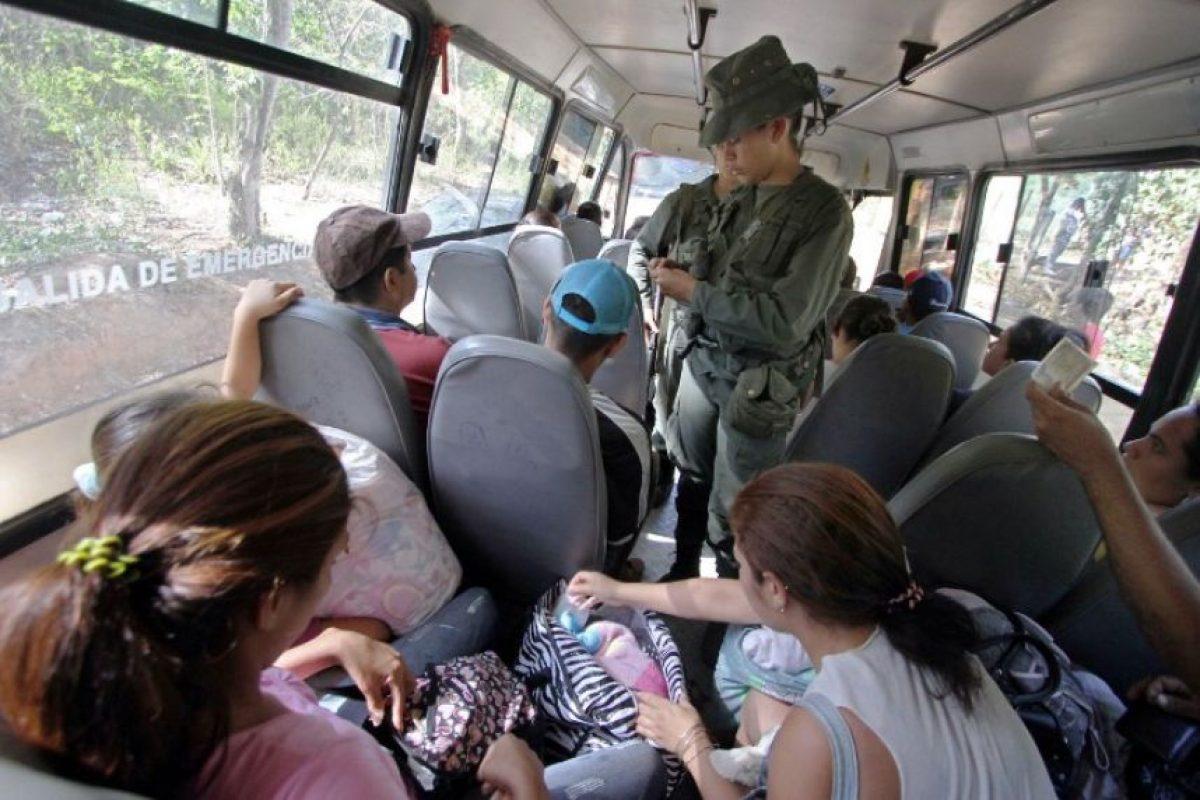 """Y es que, de acuerdo al periódico español """"El Día"""", miles de personas circulaban diariamente entre ambas regiones para contrabandear combustible y otros bienes, por lo que la región colombiana tenía la gasolina más barata del país: 1.76 dólares por galón (3.78 litros), comparado con los 2.58 dólares que cuesta en Bogotá. Foto:AFP"""