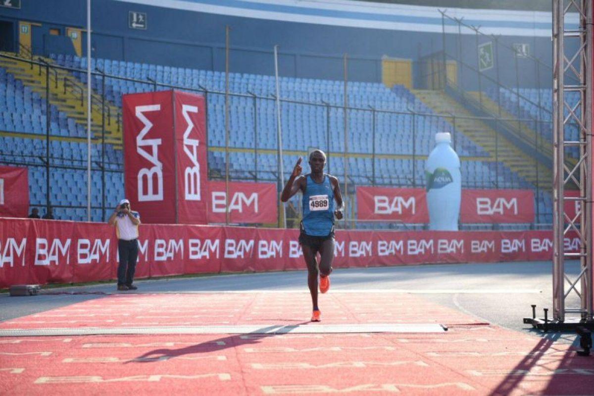 Emmanuel Mnangat llega a la meta y se queda con el primer puesto. Foto:Oliver de Ros