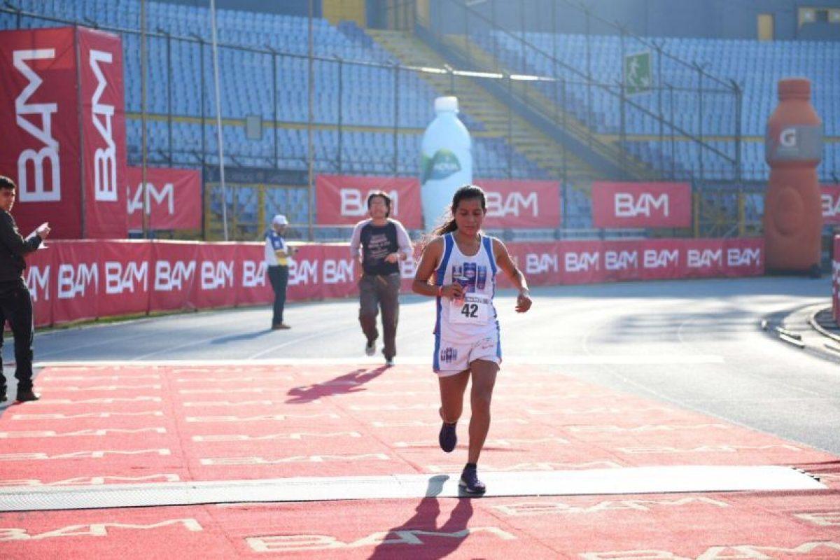 La atleta nacional cruza la meta de la media maratón Max Tott 2016. Foto:Oliver de Ros