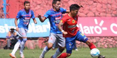 Jaime Alas domina el balón ante la presencia de un jugador rival. Foto:Publinews