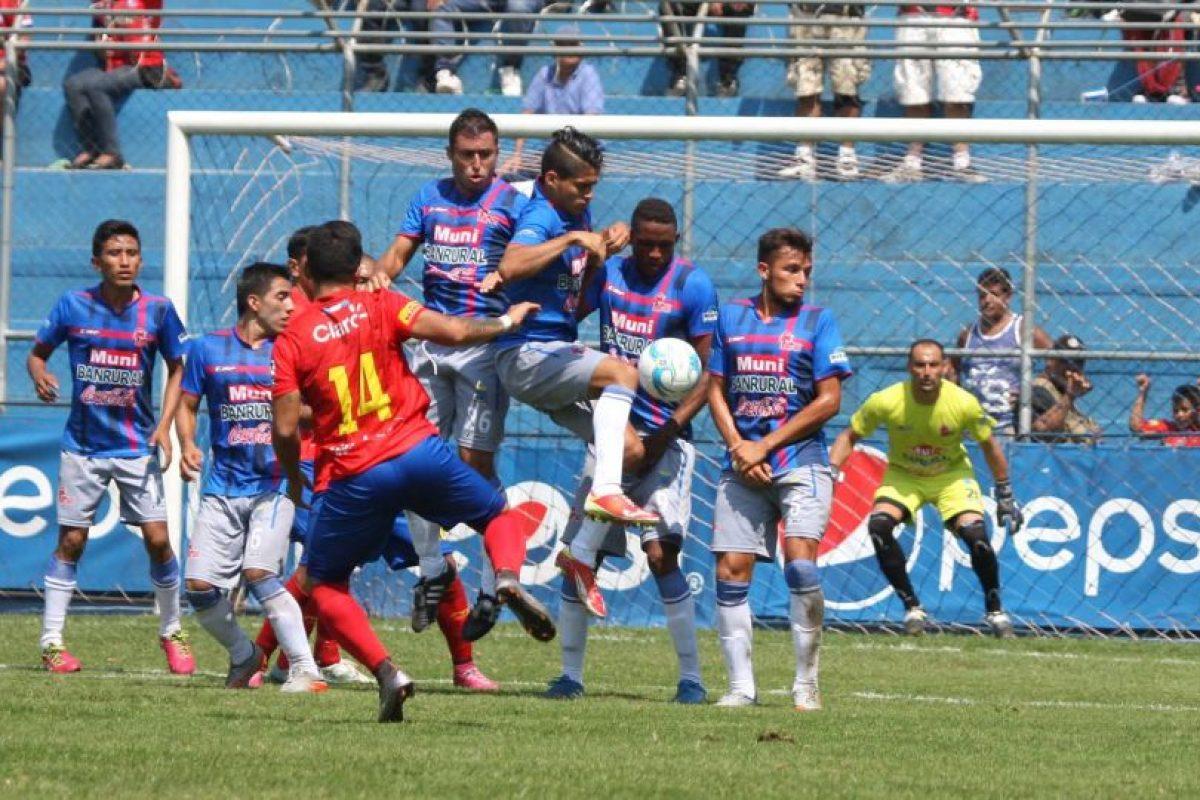 El salvadoreño Jaime Alas cobra un tiro libre que se estrella en la barrera de los toros. Foto:Publinews