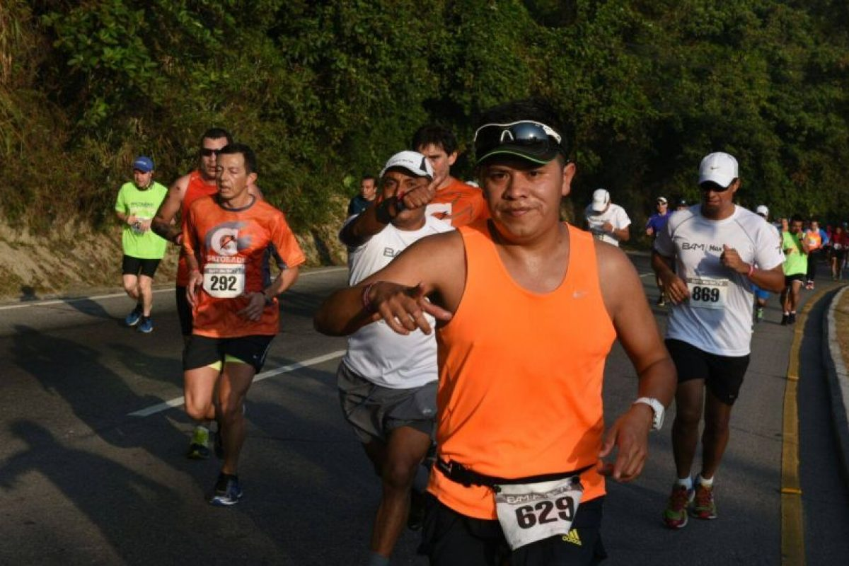 Un atleta nacional durante la media maratón realizada este domingo. Foto:Oliver de Ros