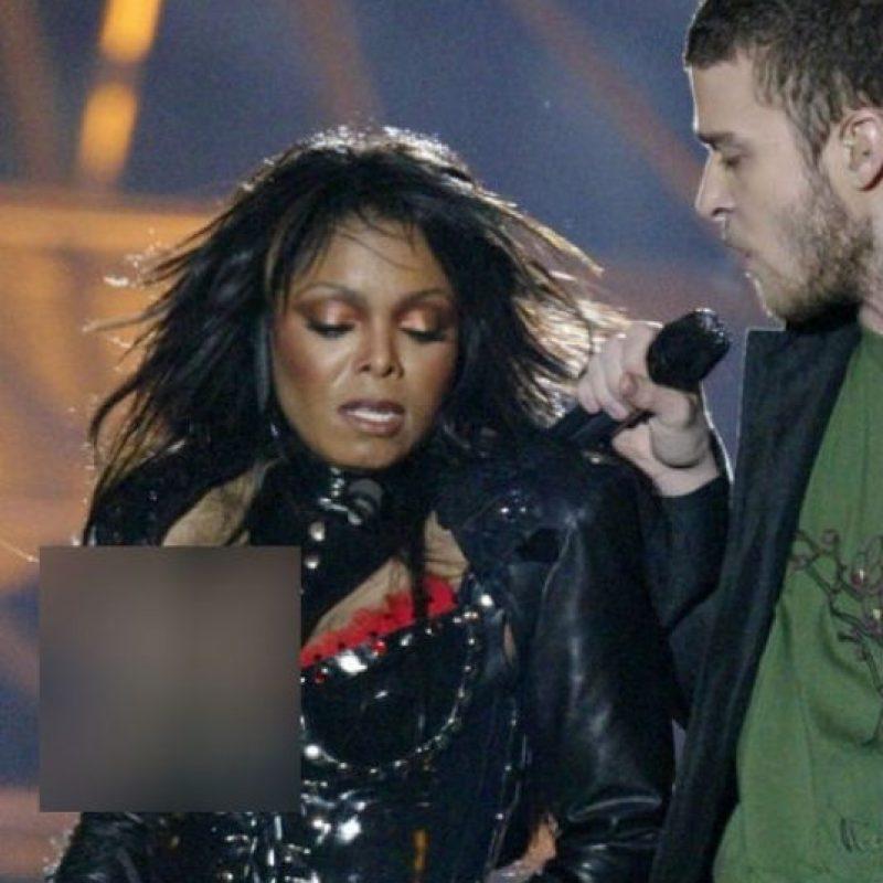 La hermana del Rey del Pop protagonizó uno de los descuidos más sonados de las presentaciones en vivo. En el Super Bowl de 2004 Justin Timberlake le jaló su ropa para dejar al descubierto su pecho. Foto:Instagram