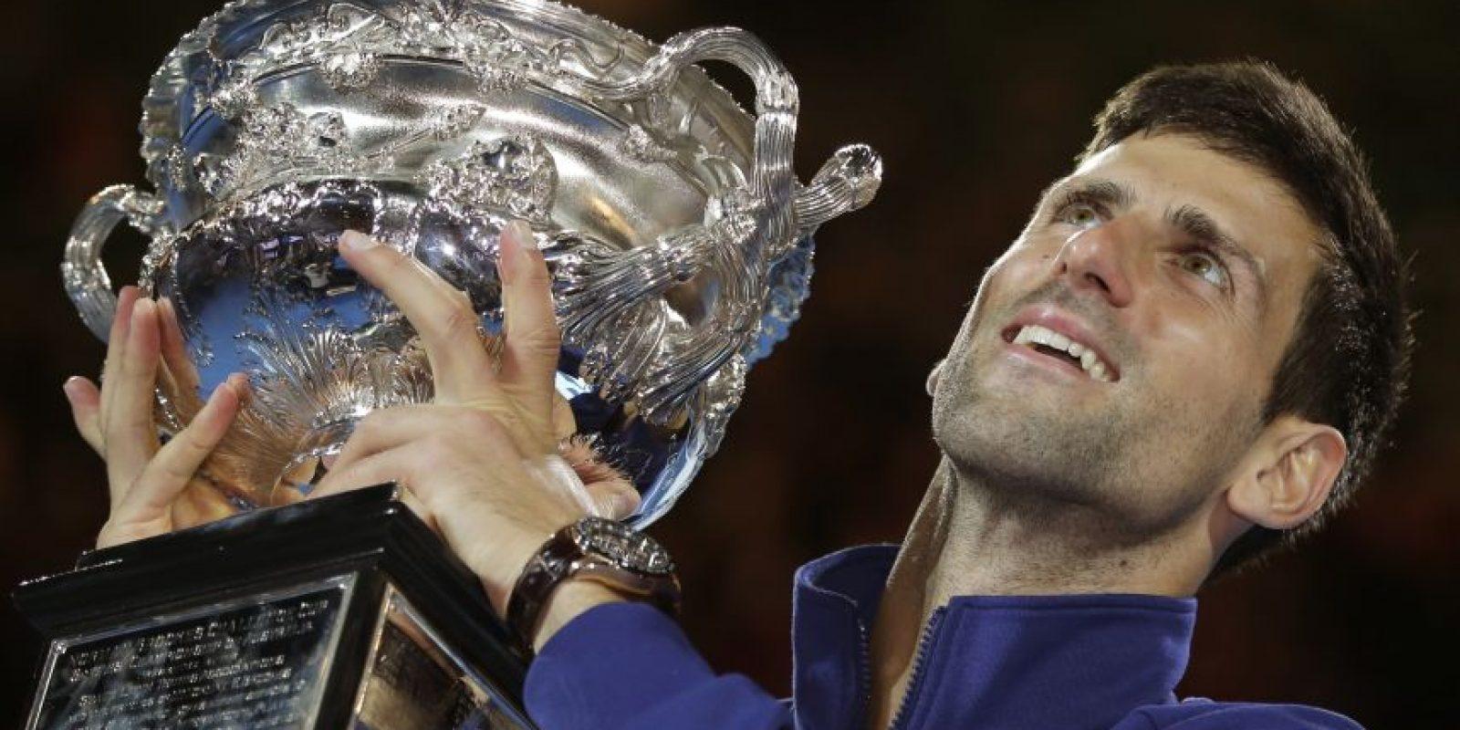 Nole con la copa de campeón en Australia. Foto:AP