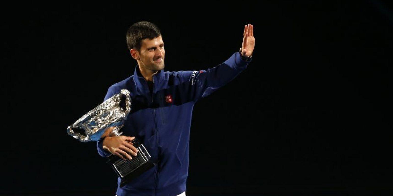 Novak Djokovic, junto a la copa, saluda al público. Foto:AP
