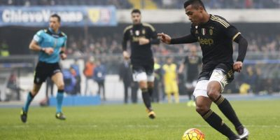 Sandro conduce la pelota y se apresta a rematar. Foto:AP