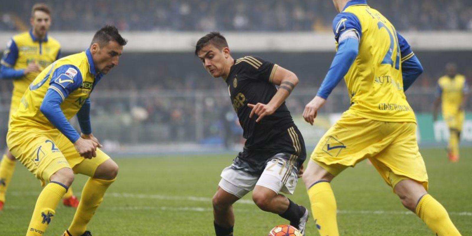 El argentino Paulo Dybala deja en el camino a un rival. Foto:AP
