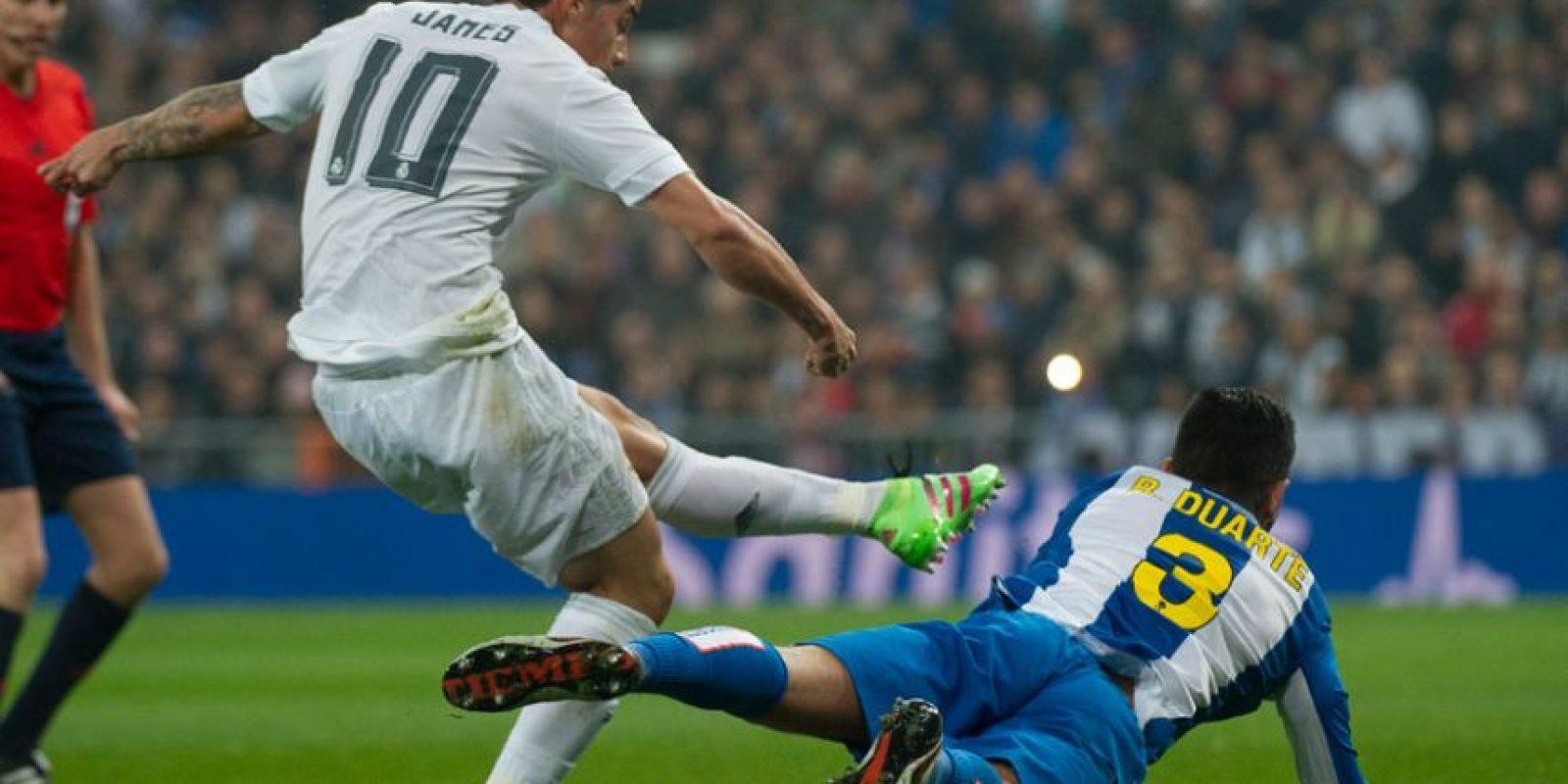 James Rodríguez realiza un remate en el partido ante el Espanyol. Foto:AFP