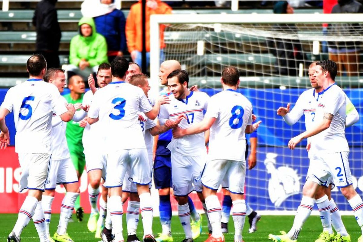 Los jugadores de Islandia celebran uno de sus goles. Foto:AFP