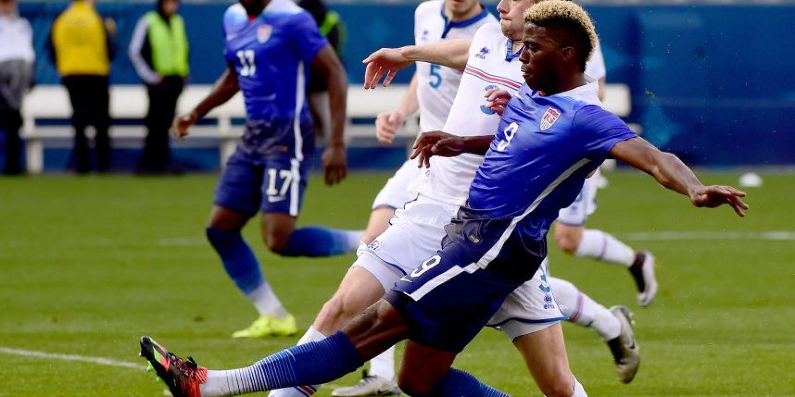El jugador de Estados Unidos, Gyasi Zardes, intenta realizar un pase. Foto:AFP
