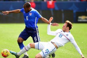 Darlington Bingham deja en el camino a un rival. Foto:AFP