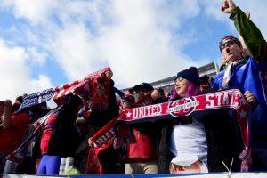 La afición de Estados Unidos festeja el triunfo de su selección. Foto:AFP