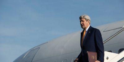 El secretario de Estado de Estados Unidos, John Kerry, desciende de un avión para iniciar su visita oficial a Italia, el 1 de febrero de 2016. Foto:AP