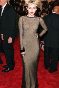 El peinado de Miley Cyrus hace contraste con un vestido sin gracia. Foto:vía Getty Images