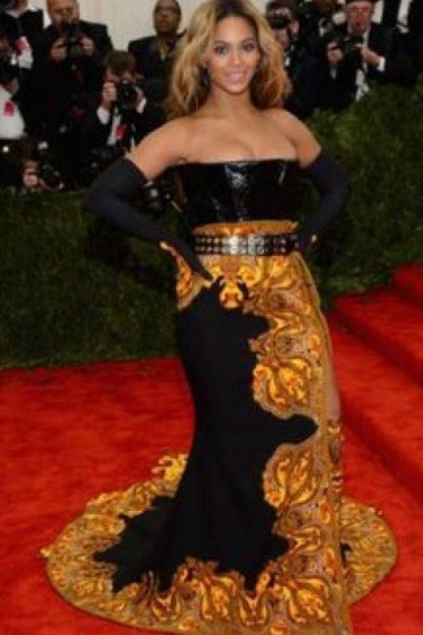 Un vestido de contrastes burdos que hacen ver más ancha a Beyoncé. Foto:vía Getty Images