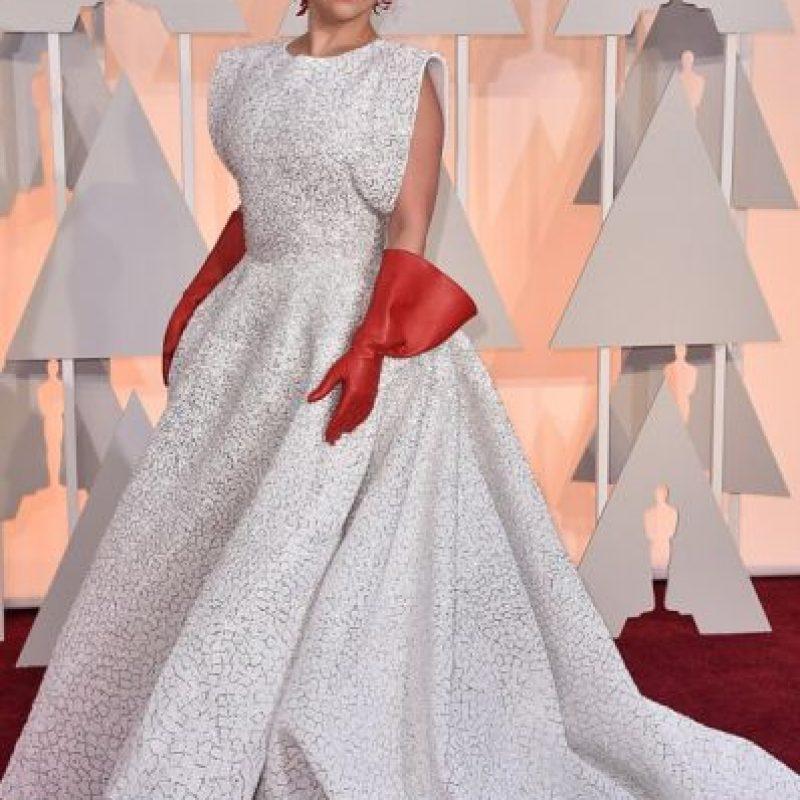 Lady Gaga en los Oscar del año pasado arruinó un buen vestido con esos guantes. Foto:vía Getty Images