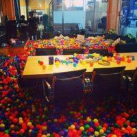 Hasta en las mesas hay pelotas. Foto:Vía instagram.com/anthonybayreddy