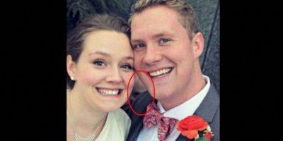 """Esta pareja aseguró en Imgur que no estaban solos y que había un hombre justo detrás de ellos. """"Nunca podremos olvidar este momento tan impactante justo el día de nuestra boda"""". Foto:Imgur"""