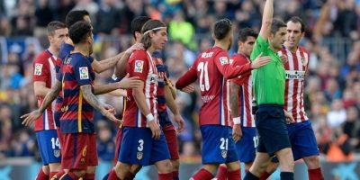 Momento en que el lateral brasileño era expulsado del partido Barcelona ante Atlético de Madrid. Foto:AFP
