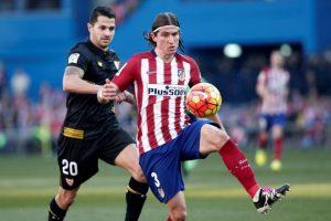 El lateral izquierdo brasileño domina el balón. Foto:AFP