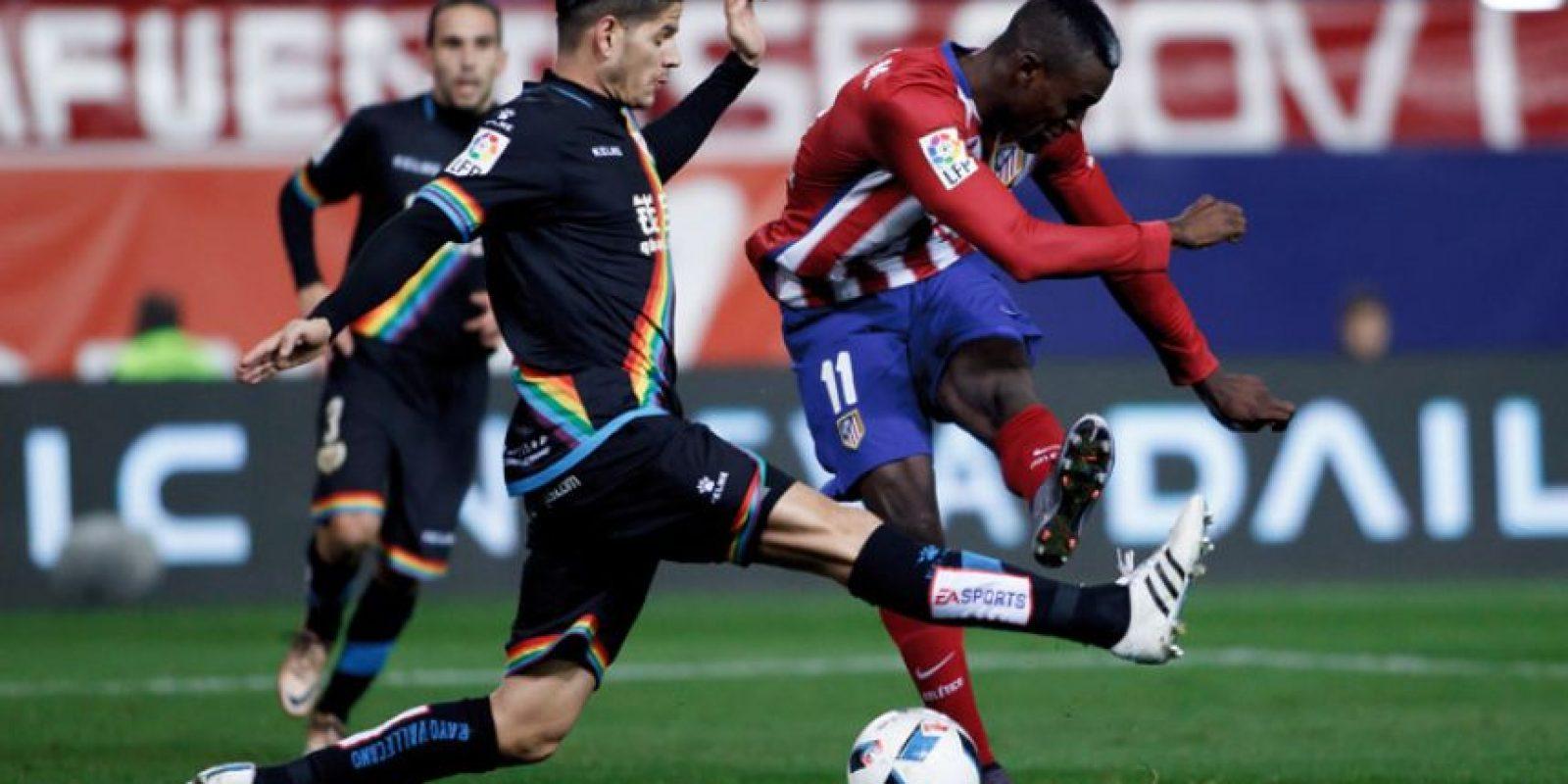 El delantero colombiano realiza un remate. Foto:AFP