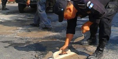 Fotos. Policías vigilan y también realizan trabajos de bacheo en Baja Verapaz