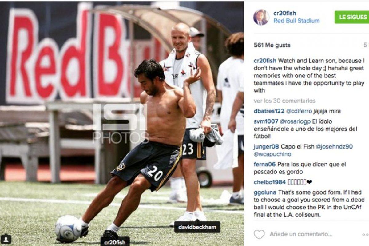 Carlos Ruiz cobra un tiro libre; en el fondo el inglés David Beckham lo observa. Foto:Instagram