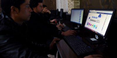 Usuarios de Facebook utilizan la red social en una región de Medio Oriente. Foto:AFP