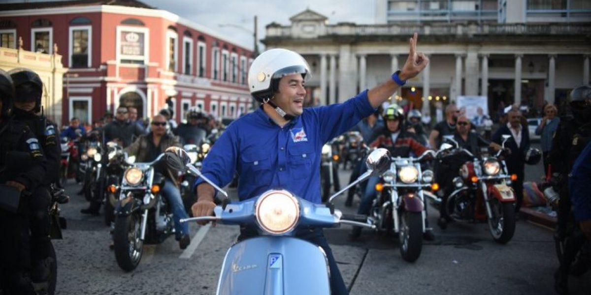 Presidente Jimmy Morales asistirá a la Caravana del Zorro ¿Lo hará en su scooter?