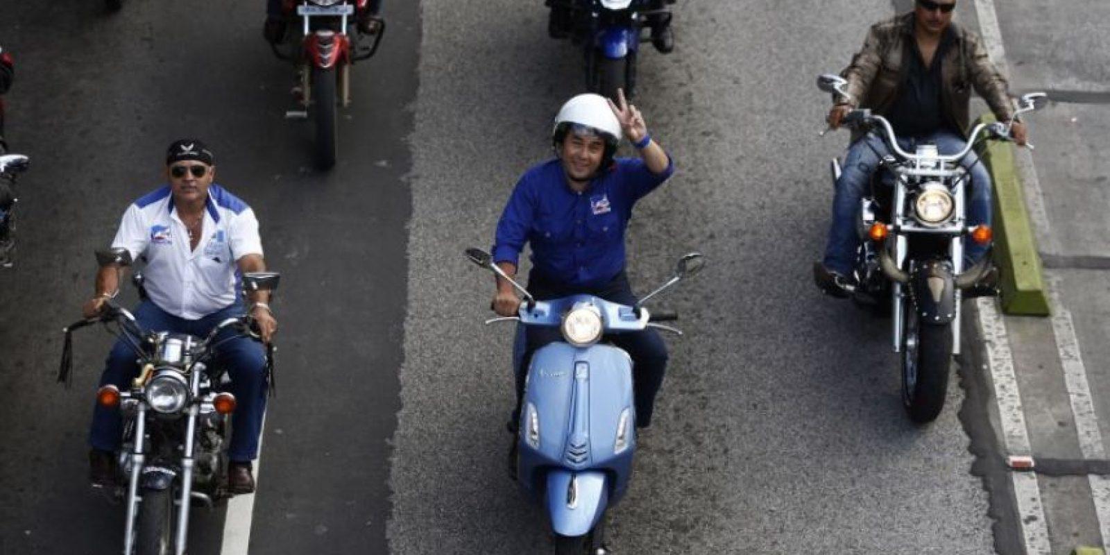 Morales condujo su motocicleta azul el 23 de octubre de 2015 en la ciudad durante el cierre de campaña. Foto:AP