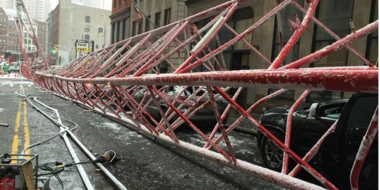 Distintos autos quedaron dañados. Foto:Vía twitter.com/FDNY